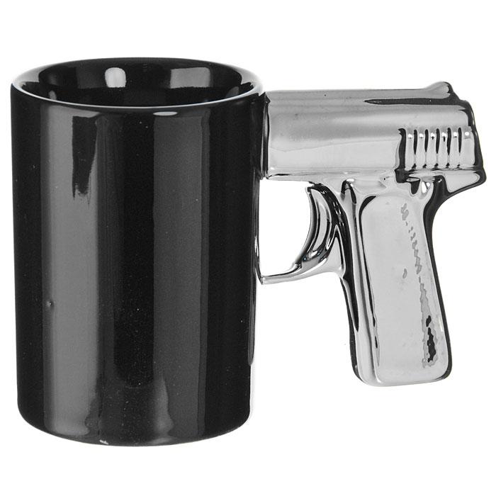 """Кружка """"Пистолет"""", выполненная из высококачественной керамики, станет отличным подарком для человека, ценящего забавные и практичные подарки. Кружка черного цвета имеет оригинальную серебристую ручку, выполненную в форме рукоятки пистолета.  Такой подарок станет не только приятным, но и практичным сувениром: кружка станет незаменимым атрибутом чаепития, а оригинальный дизайн вызовет улыбку. Характеристики:  Материал:  керамика. Высота кружки: 10,5 см. Диаметр по верхнему краю: 7,5 см. Длина ручки: 8 см. Размер упаковки: 16 см х 11 см х 8 см. Изготовитель: Китай. Артикул: 93492."""