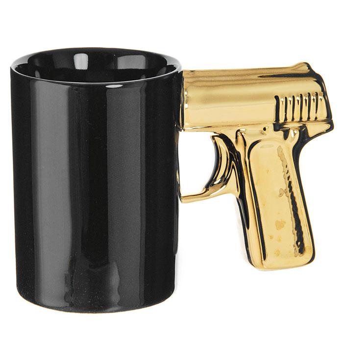 Кружка Пистолет, цвет: черный, золотистый93493Кружка Пистолет, выполненная из высококачественной керамики, станет отличным подарком для человека, ценящего забавные и практичные подарки. Кружка черного цвета имеет оригинальную золотистую ручку, выполненную в форме рукоятки пистолета. Такой подарок станет не только приятным, но и практичным сувениром: кружка станет незаменимым атрибутом чаепития, а оригинальный дизайн вызовет улыбку. Характеристики:Материал:керамика. Высота кружки:10,5 см. Диаметр по верхнему краю:7,5 см. Длина ручки: 8 см. Размер упаковки:16 см х 11 см х 8 см. Изготовитель:Китай. Артикул: 93493.