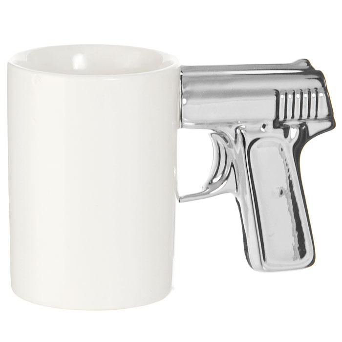 Кружка Пистолет, цвет: белый, серебристый93491Кружка Пистолет, выполненная из высококачественной керамики, станет отличным подарком для человека, ценящего забавные и практичные подарки. Кружка белого цвета имеет оригинальную серебристую ручку, выполненную в форме рукоятки пистолета. Такой подарок станет не только приятным, но и практичным сувениром: кружка станет незаменимым атрибутом чаепития, а оригинальный дизайн вызовет улыбку. Характеристики:Материал:керамика. Высота кружки:10,5 см. Диаметр по верхнему краю:7,5 см. Длина ручки: 8 см. Размер упаковки:16 см х 11 см х 8 см. Изготовитель:Китай. Артикул: 93491.