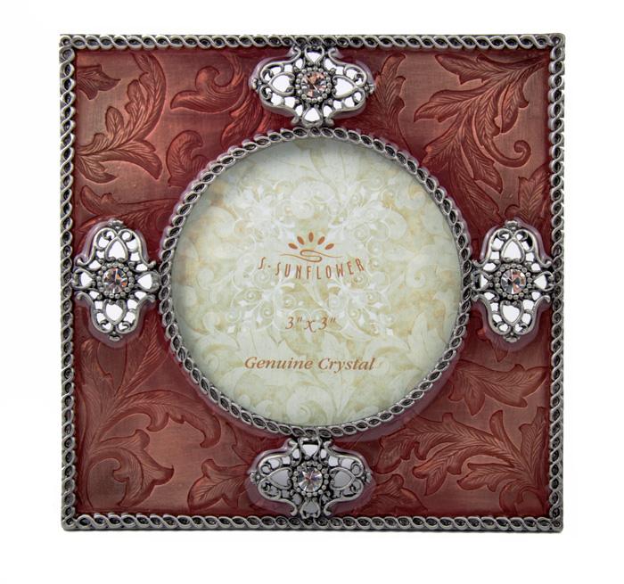 Фоторамка Четыре кристалла. Металл, эмаль, австрийские кристаллы, третья четверть XX века843731Фоторамка Четыре кристалла. Металл, эмаль, австрийские кристаллы. Западная Европа, третья четверть XX века.Размер 12,5 х 12,5 см.Диаметр окна 7 см.Сохранность хорошая.На оборотной стороне тисненое клеймо Sunflower Designs.Фоторамка выполнена в технике гильошированной эмали, при которой на металл основы наносится геометрический рисунок в виде лучей, полос, волнообразных линий, который просвечивает через прозрачные эмали. Эмаль гильош получила особенно широкое распространение в России в конце XIX - начале ХХ века именно в ювелирных изделиях и предметах роскоши.Фоторамка украшена великолепными австрийскими кристаллами, которые придают изделию особенную изысканность и шик!