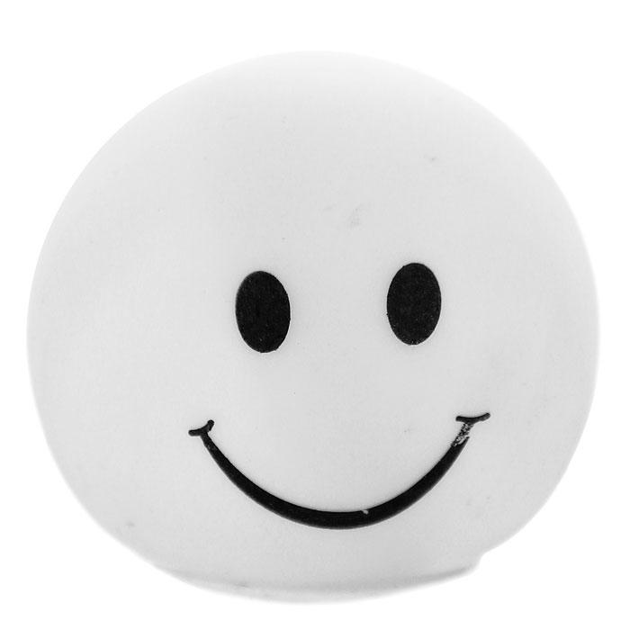 """Светильник-ночник """"Smile"""" послужит не только оригинальным ночником, создающим уют, но и забавным сувениром! Миниатюрный настольный светильник, выполненный из пластика в виде смайлика, светится попеременно разными цветами.  Такой ночник может украсить детскую комнату, а также станет прекрасным сувениром к празднику.             Характеристики:   Материал: полипропилен. Цвет: белый. Размер ночника: 6,5 см х 5,5 см х 6,5 см. Размер упаковки: 6,5 см х 6,5 см 6,5 см. Артикул:93519.   Работает от 3 батареек 4,5V (товар комплектуется демонстрационными)."""