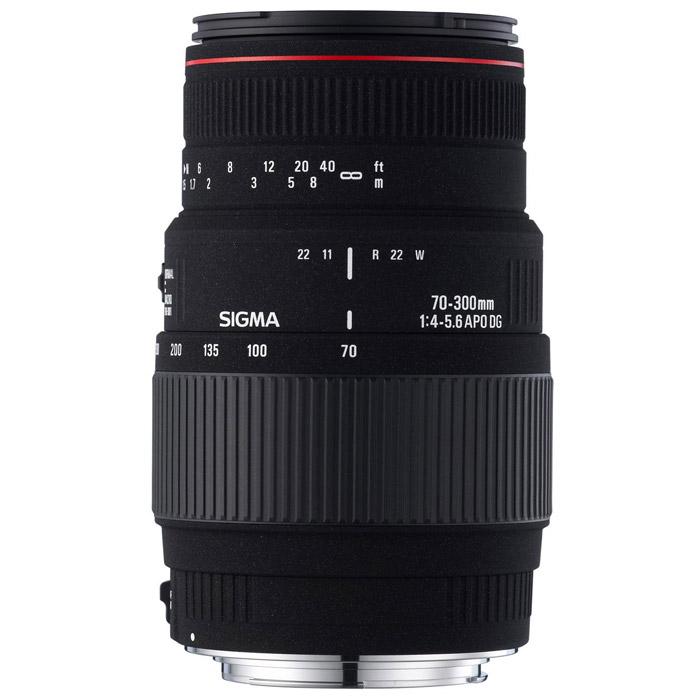 Sigma AF 70-300mm F4-5.6 APO MACRO DG, CanonS0021987Высококачественный теле-макро объектив Sigma AF 70-300/4-5.6 APO Macro прекрасно подходит для портретной съемки, фотографирования спортивных событий, дикой природы и других объектов, для которых требуется наличие мощного телеобъектива.Конструкция этого объектива включает три элемента из низкодисперсионного стекла (SLD, Special Low Dispersion): два в передней группе линз и один в задней. Это обеспечивает эффективную коррекцию хроматической аберрации при любом фокусном расстоянии. В положении «теле» (300 мм) возможна макросъемка с максимальным увеличением 1:2. Для переключения между режимом «макро» и обычным режимом при работе на фокусных расстояниях 200-300 мм предусмотрен специальный селектор.Используемые технологии:APO - Линзы из низкодисперсного стекла (SLD, Special Low Dispersion) сводят к минимуму хроматические аберрацииDG - Объективы DG будут идеальным выбором для пользователей зеркальных цифровых фотокамер, однако эти объективы совместимы и с традиционными пленочными аппаратами