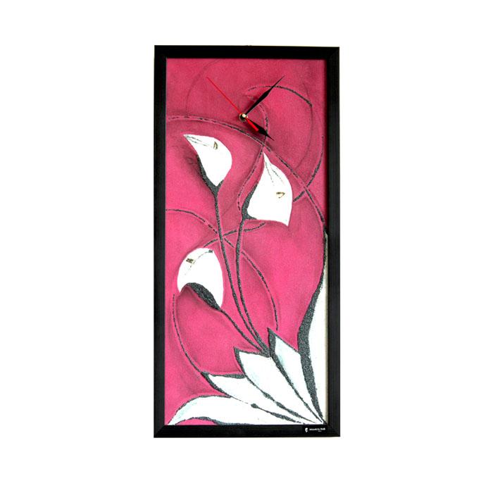 Часы настенные Mauricio Relli Un complimento, цвет: бордовый. РМ-002РМ-002Настенные кварцевые часы Un complimento, выполненные профессиональными художниками, своим эксклюзивным дизайном подчеркнут оригинальность интерьера вашего дома.Часы прямоугольной формы оформлены фактурным изображением белых калл на бордовом фоне. Рисунок выполнен из песка вручную. Благодаря материалу исполнения, изображение получается объемным и реалистичным. Часы обрамлены деревянной рамой черного цвета. Часы имеют три стрелки - часовую, минутную и секундную. На обратной стороне расположена металлическая петелька для подвешивания. Часы Un complimento будут интересно смотреться как в офисе, так и в гостиной, а необычный дизайн привнесет индивидуальность в любой интерьер.Такие часы послужат отличным подарком для ценителя практичных и оригинальных вещей. Характеристики:Материал: картон, оргалит, металл, пластик, песок. Размер часов: 63 см х 30 см х 3 см. Размер упаковки: 66 см х 32 см х 4 см. Артикул: РМ-002. Рекомендуется докупить 1 батарейку 1,5V типа АА (в комплект не входит).