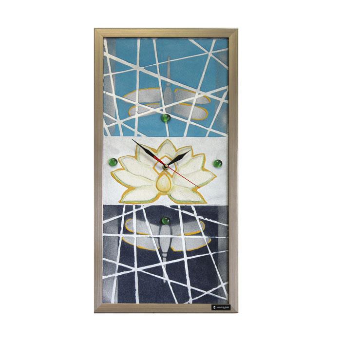 Часы настенные Mauricio Relli Riflessione, цвет: синий, голубой. РМ-01818039Настенные кварцевые часы Riflessione, выполненные профессиональными художниками, своим эксклюзивным дизайном подчеркнут оригинальность интерьера вашего дома.Часы прямоугольной формы оформлены фактурным изображением кувшинки и стрекоз. Рисунок выполнен из песка вручную и декорирован стеклянными шариками. Благодаря материалу исполнения, изображение получается объемным и реалистичным. Часы обрамлены деревянной рамой серого цвета. Часы имеют три стрелки - часовую, минутную и секундную. На обратной стороне расположена металлическая петелька для подвешивания. Часы Riflessione будут интересно смотреться как в офисе, так и в гостиной, а необычный дизайн привнесет индивидуальность в любой интерьер.Такие часы послужат отличным подарком для ценителя практичных и оригинальных вещей. Характеристики:Материал: картон, оргалит, металл, пластик, песок, марблс. Размер часов: 63 см х 30 см х 3 см. Размер упаковки: 66 см х 32 см х 4 см. Артикул: РМ-018. Рекомендуется докупить 1 батарейку 1,5V типа АА (в комплект не входит).