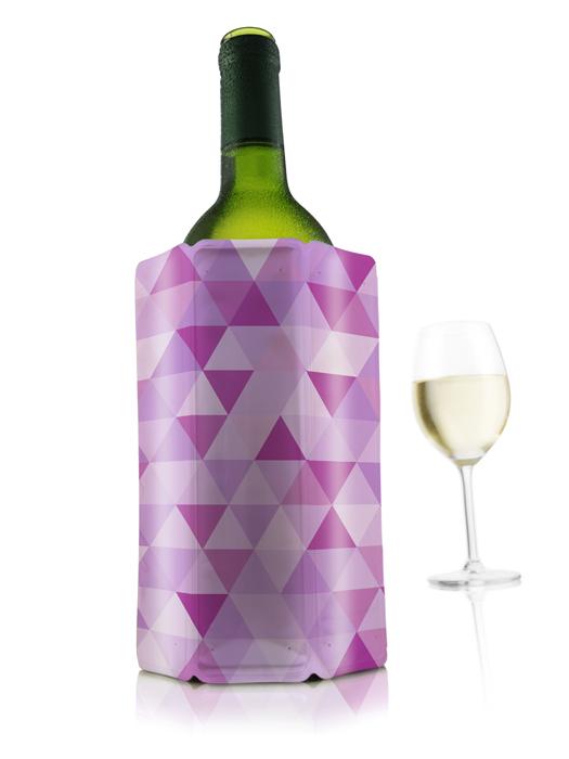 Охладительная рубашка VacuVin Rapid Ice для вина, цвет: розовый бриллиант, 0,75 л3882160Оригинальная охладительная рубашка для вина VacuVin Rapid Ice представляет собой очень холодный мягкий футляр, позволяющий в среднем за 5 минут охладить бутылку вина емкостью 0,75 л от комнатной температуры до необходимой и поддерживать ее несколько часов. Охладительная рубашка оформлена изображением треугольников разных оттенков розового цвета. Вы просто помещаете охладительную рубашку в морозилку, а когда вам требуется быстро охладить бутылку вина, вы ее достаете и одеваете на бутылку, и вино остается холодным в течение нескольких часов. Это свойство достигается благодаря нетоксичному гелю, содержащемуся внутри рубашки. Данное изделие может использоваться сотни раз и не трескается под воздействием низкой температуры. Характеристики:Материал: ПВХ, гель. Высота охладительной рубашки: 17,5 см. Диаметр охладительной рубашки: 11 см. Размер упаковки: 20 см х 14,5 см х 3 см. Производитель: Нидерланды. Артикул: 3882160.