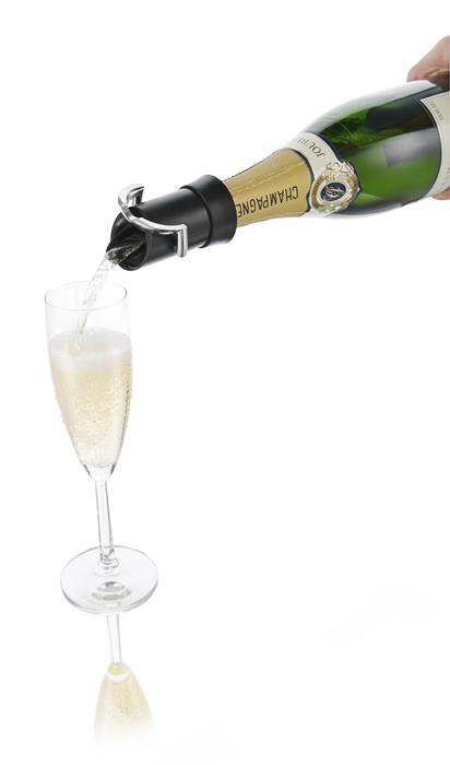 """Приспособление VacuVin """"Champagne Saver"""", изготовленное из пластика и металла, не дает пузырькам выходить наружу и минимизирует взаимодействия шампанского с воздухом. При этом, благодаря уникальной системе, с помощью данного приспособления вы можете разливать шампанское, не заботясь о том, что вы капнете на скатерть. Все капли будут """"пойманы"""" и возвращены обратно в бутылку. Пробка-каплеуловитель подходит для большинства бутылок с шампанским. Такое устройство просто необходимо для любого торжества.  Пробка-каплеуловитель VacuVin """"Champagne Saver"""" позволит вам наслаждаться бутылкой шампанского в течение недели.   Характеристики:  Материал: пластик, металл. Размер пробки-каплеуловителя: 7,5 см х 5 см х 5 см. Размер упаковки: 10,5 см х 8,5 см х 5 см. Производитель: Нидерланды. Артикул: 1880460."""