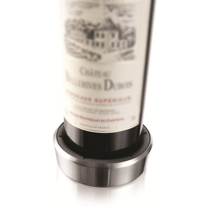 """Подставка для сервировки бутылки """"VacuVin"""", выполненная из высококачественного пластика, защищает стол от царапин и пятен. Подставка оснащена резиновыми вставками, за счет чего она плотно прилегает к бутылке. Капли стекают в подставку. На дне подставки расположены противоскользящие резиновые вставки.  Подставка """"VacuVin"""" подходит для большинства стандартных бутылок с вином. С ней ваш стол всегда будет аккуратным и чистым. Характеристики:  Материал: пластик, резина. Размер подставки: 9,5 см х 9,5 см х 3 см. Размер упаковки: 16 см х 10,5 см х 3 см. Производитель: Нидерланды. Артикул: 1855360."""