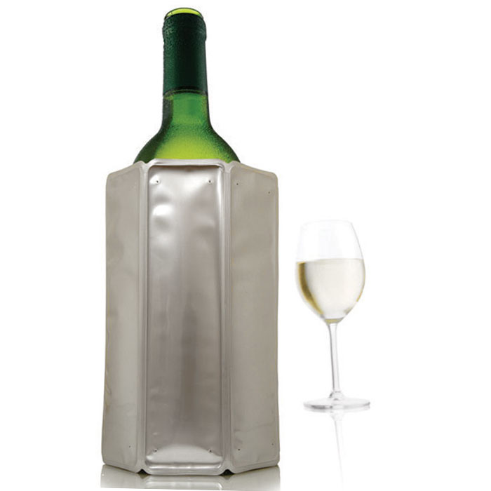 """Оригинальная охладительная рубашка VacuVin """"Rapid Ice"""" представляет собой очень холодный мягкий футляр, позволяющий в среднем за 5 минут охладить бутылку вина емкостью 0,75 л от комнатной температуры до необходимой и поддерживать ее несколько часов.  Вы просто помещаете охладительную рубашку в морозилку, а когда вам требуется быстро охладить бутылку вина, вы ее достаете и надеваете на бутылку, и вино остается холодным в течение нескольких часов. Это свойство достигается благодаря нетоксичному гелю, содержащемуся внутри рубашки. Данное изделие может использоваться сотни раз и не трескаться под воздействием низкой температуры. Характеристики:  Материал: ПВХ, гель. Высота охладительной рубашки: 17,5 см. Диаметр охладительной рубашки: 11 см. Размер упаковки: 20 см х 14,5 см х 3 см. Производитель: Нидерланды. Артикул: 3880560/38805606."""