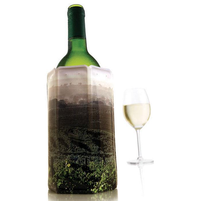 Охладительная рубашка VacuVin Rapid Ice для вина, 0,75 л. 38815603881560Оригинальная охладительная рубашка для вина VacuVin Rapid Ice представляет собой очень холодный мягкий футляр, позволяющий в среднем за 5 минут охладить бутылку вина емкостью 0,75 л от комнатной температуры до необходимой и поддерживать ее несколько часов. Охладительная рубашка оформлена изображением пейзажа с виноградником. Вы просто помещаете охладительную рубашку в морозилку, а когда вам требуется быстро охладить бутылку вина, вы ее достаете и одеваете на бутылку, и вино остается холодным в течение нескольких часов. Это свойство достигается благодаря нетоксичному гелю, содержащемуся внутри рубашки. Данное изделие может использоваться сотни раз и не трескается под воздействием низкой температуры. Характеристики:Материал: ПВХ, гель. Высота охладительной рубашки: 17,5 см. Диаметр охладительной рубашки: 11 см. Размер упаковки: 20 см х 14,5 см х 3 см. Производитель: Нидерланды. Артикул: 3881560.