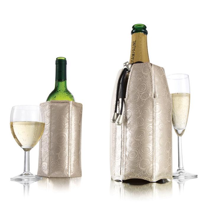 """Набор VacuVin """"Rapid Ice"""" состоит из охладительной рубашки для вина и охладительной рубашки для шампанского. Охладительные рубашки представляют собой очень холодный мягкий футляр, позволяющий в среднем за 5 минут охладить бутылку емкостью 0,75 л от комнатной температуры до необходимой и поддерживать ее несколько часов. Охладительные рубашки платинового цвета оформлены оригинальным рисунком.  Вы просто помещаете охладительную рубашку в морозильную камеру, а когда вам потребуется, достаете и одеваете на бутылку, и напиток остается холодным в течение нескольких часов. Это свойство достигается благодаря нетоксичному гелю, содержащемуся внутри рубашки. Данные изделия могут использоваться сотни раз и не трескаются под действием низкой температуры.   Характеристики:  Материал: ПВХ, гель, текстиль. Высота охладительной рубашки для вина: 17,5 см. Диаметр охладительной рубашки для вина: 11 см. Высота охладительной рубашки для шампанского: 22 см. Диаметр охладительной рубашки для шампанского: 12 см. Размер упаковки: 29,5 см х 22 см х 3 см. Производитель: Нидерланды. Артикул: 3887560."""