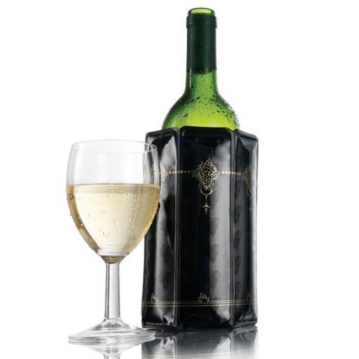 Охладительная рубашка VacuVin Rapid Ice для вина, 0,75 л. 38800603880060Оригинальная охладительная рубашка для вина VacuVin Rapid Ice представляет собой очень холодный мягкий футляр, позволяющий в среднем за 5 минут охладить бутылку вина емкостью 0,75 л от комнатной температуры до необходимой и поддерживать ее несколько часов. Охладительная рубашка черного цвета с золотистыми узорами выполнена в классическом стиле. Вы просто помещаете охладительную рубашку в морозилку, а когда вам требуется быстро охладить бутылку вина, вы ее достаете и одеваете на бутылку, и вино остается холодным в течение нескольких часов. Это свойство достигается благодаря нетоксичному гелю, содержащемуся внутри рубашки. Данное изделие может использоваться сотни раз и не трескается под воздействием низкой температуры. Характеристики:Материал: ПВХ, гель. Высота охладительной рубашки: 17,5 см. Диаметр охладительной рубашки: 11 см. Размер упаковки: 20 см х 14,5 см х 3 см. Производитель: Нидерланды. Артикул: 3880060.