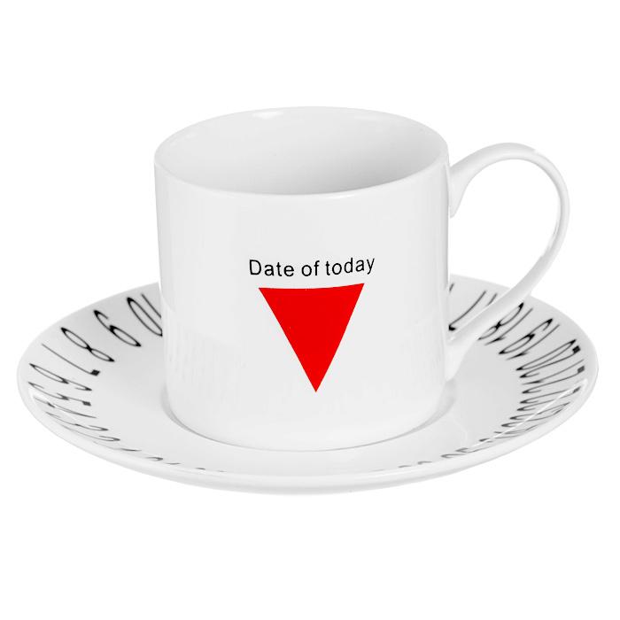 """Набор """"Календарь"""", выполненный из керамики, состоит из чашки и блюдца. Блюдце по кайме декорировано цифрами от 1 до 31, которые представляют собой календарные дни. Чашка декорирована красной стрелкой вниз и надписью """"Date of today"""", что в переводе означает """"Сегодняшняя дата"""". Поверните блюдце к себе так, чтобы стрелка на чашке указывала именно на сегодняшний день! Набор """"Календарь"""" станет отличным подарком, который имеет помимо одного предназначения, еще и необычное и оригинальное достоинство!       Диаметр блюдца: 15 см.   Высота стенки блюдца: 1,5 см.    Диаметр чашки по верхнему краю: 7 см.           Высота стенки чашки: 7 см.  Объем чашки: 200 мл."""