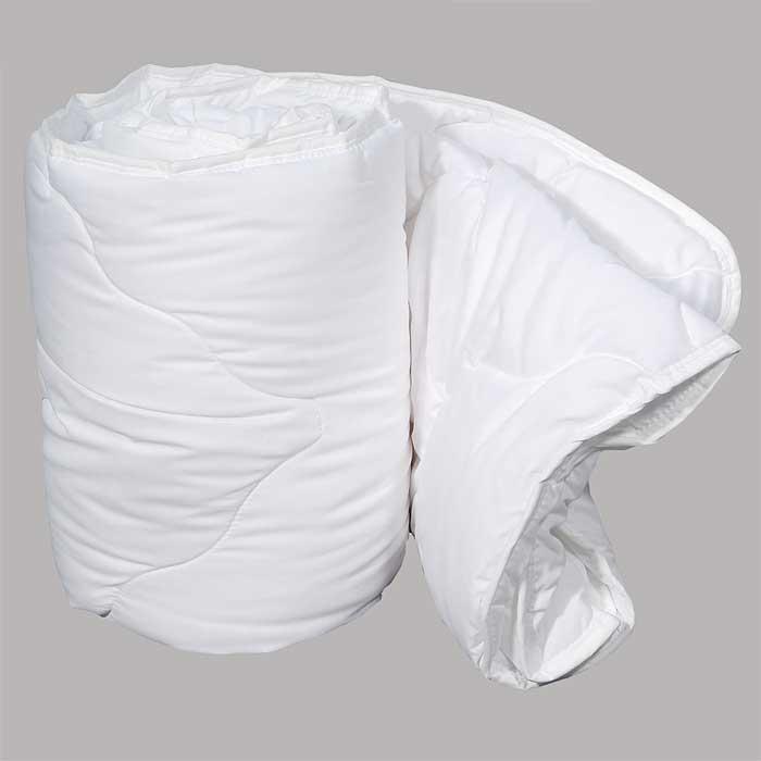 Одеяло Dargez Идеал Голд облегченное, 140 х 205 см22(15)38ЕОблегченное одеяло Dargez Идеал Голд представляет собой чехол из хлопка и полиэстера с наполнителем Эстрелль из полого силиконизированного волокна. Особенности одеяла Dargez Идеал Голд: - обладает высокими теплозащитными свойствами; - гипоаллергенно: не вызывает аллергических реакций; - воздухопроницаемо: обеспечивает циркуляцию воздуха через наполнитель; - быстро сохнет и восстанавливает форму после стирки; - не впитывает запахи; - имеет удобную форму; - экологически чистое и безопасное для здоровья; - обладает мягкостью и одновременно упругостью.Одеяло вложено в текстильную сумку-чехол зеленого цвета на застежке-молнии, а специальная ручка делает чехол удобным для переноски. Характеристики:Материал чехла: 50% хлопок, 50% полиэстер. Наполнитель: Эстрелль - пласт из полого силиконизированного волокна (100% полиэстер). Размер одеяла: 140 см х 205 см. Масса наполнителя: 0,64 кг. Размер упаковки: 61 см х 44 см х 15 см. Артикул: 22(15)38Е. Торговый Дом Даргез был образован в 1991 году на базе нескольких компаний, занимавшихся производством и продажей постельных принадлежностей и поставками за рубеж пухоперового сырья. Благодаря опыту, накопленным знаниям, стремлению к инновациям и развитию за 19 лет компания смогла стать крупнейшим производителем домашнего текстиля на территории Российской Федерации. В основу деятельности Торгового Дома Даргез положено стремление предоставить покупателю широкий выбор высококачественных постельных принадлежностей и текстиля для дома, которые способны создавать наилучшие условия для комфортного и, что немаловажно, здорового сна и отдыха.