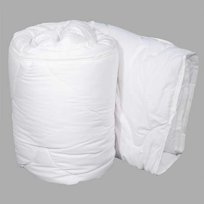 Одеяло Dargez Идеал Голд облегченное, 200 х 220 см26(15)38ЕОблегченное одеяло Dargez Идеал Голд представляет собой чехол из хлопка и полиэстера с наполнителем Эстрелль из полого силиконизированного волокна. Особенности одеяла Dargez Идеал Голд: - обладает высокими теплозащитными свойствами; - гипоаллергенно: не вызывает аллергических реакций; - воздухопроницаемо: обеспечивает циркуляцию воздуха через наполнитель; - быстро сохнет и восстанавливает форму после стирки; - не впитывает запахи; - имеет удобную форму; - экологически чистое и безопасное для здоровья; - обладает мягкостью и одновременно упругостью.Одеяло вложено в текстильную сумку-чехол зеленого цвета на застежке-молнии, а специальная ручка делает чехол удобным для переноски. Характеристики:Материал чехла: 50% хлопок, 50% полиэстер. Наполнитель: Эстрелль - пласт из полого силиконизированного волокна (100% полиэстер). Размер одеяла: 200 см х 220 см. Масса наполнителя: 0,97 кг. Размер упаковки: 61 см х 42 см х 15 см. Артикул: 26(15)38Е. Торговый Дом Даргез был образован в 1991 году на базе нескольких компаний, занимавшихся производством и продажей постельных принадлежностей и поставками за рубеж пухоперового сырья. Благодаря опыту, накопленным знаниям, стремлению к инновациям и развитию за 19 лет компания смогла стать крупнейшим производителем домашнего текстиля на территории Российской Федерации. В основу деятельности Торгового Дома Даргез положено стремление предоставить покупателю широкий выбор высококачественных постельных принадлежностей и текстиля для дома, которые способны создавать наилучшие условия для комфортного и, что немаловажно, здорового сна и отдыха.