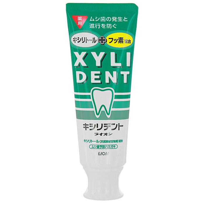 Зубная паста Xylident, отбеливающая, 120 г762522Зубная паста Xylident с фтором укрепляет зубную эмаль, предотвращает возникновение и развитие кариеса. Фторид натрия ускоряет процесс кальцифицирования поверхности зубов, подавляет кислую среду, которая является причиной возникновения кариеса, а также делает зубы здоровыми и крепкими. Фтор и ксилитол способствуют укреплению зубной эмали, надолго помогают сохранить красоту и здоровье зубов. Мягкая консистенция позволяет использовать зубную пасту для чистки зубов электрической щеткой. Содержит ксилитол - подсластитель на основе натуральных компонентов. Характеристики:Вес: 120 г.Производитель: Япония. Артикул: 762522. Товар сертифицирован.