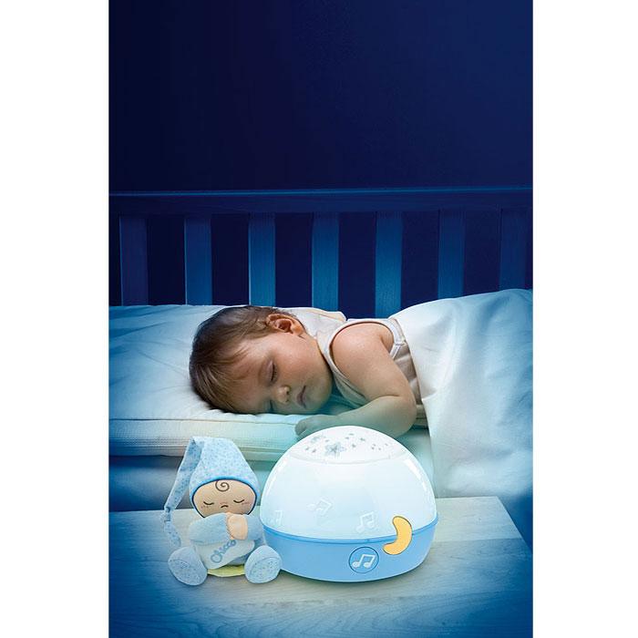 """Ночник-проектор Chicco (Чико) """"Первые грезы"""" создаст волшебную атмосферу для сна ребенка: очарование проектирующихся звездочек и расслабляющий музыкальный фон убаюкивают и успокаивают малыша. Мелодии Баха, Россини, произведения в стиле New Age и звуки природы сменяют друг друга в идеально подобранной последовательности, приобщая вашего малыша к миру музыки и помогая ребенку правильно воспринимать звуки и тембры, а также развивать логические и познавательные навыки. Проектор можно использовать также как разноцветный светильник-ночник, который с приглушенным светом сопровождает малыша в мир снов. Симпатичную игрушку в виде малыша в голубой пижамке и колпаке, можно отсоединить от ночника, и она станет мягким и нежным другом для малыша.   Характеристики:   Материал: пластик, текстиль. Высота игрушки: 11 см. Размер проектора: 17 см x 14 см x 17 см. Рекомендуемый возраст: от 0 месяцев. Размер упаковки: 28 см x 21 см x 19 см. Изготовитель: Китай. Необходимо докупить 3 батареи напряжением 1,5V типа АА (не входят в комплект)."""