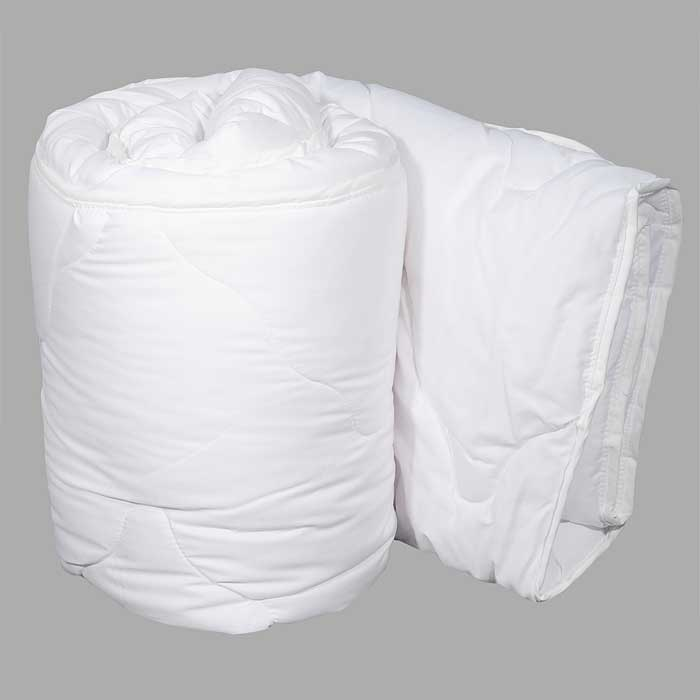 Одеяло Dargez Идеал Голд облегченное, 172 см х 205 см20(15)38ЕОблегченное одеяло Dargez Идеал Голд представляет собой чехол из хлопка и полиэстера с наполнителем Эстрелль из полого силиконизированного волокна. Особенности одеяла Dargez Идеал Голд: - обладает высокими теплозащитными свойствами; - гипоаллергенно: не вызывает аллергических реакций; - воздухопроницаемо: обеспечивает циркуляцию воздуха через наполнитель; - быстро сохнет и восстанавливает форму после стирки; - не впитывает запахи; - имеет удобную форму; - экологически чистое и безопасное для здоровья; - обладает мягкостью и одновременно упругостью.Одеяло вложено в текстильную сумку-чехол зеленого цвета на застежке-молнии, а специальная ручка делает чехол удобным для переноски. Характеристики:Материал чехла: 50% хлопок, 50% полиэстер. Наполнитель: Эстрелль - пласт из полого силиконизированного волокна (100% полиэстер). Размер одеяла: 172 см х 205 см. Масса наполнителя: 0,79 кг. Размер упаковки: 60 см х 44 см х 15 см. Артикул: 20(15)38Е. Торговый Дом Даргез был образован в 1991 году на базе нескольких компаний, занимавшихся производством и продажей постельных принадлежностей и поставками за рубеж пухоперового сырья. Благодаря опыту, накопленным знаниям, стремлению к инновациям и развитию за 19 лет компания смогла стать крупнейшим производителем домашнего текстиля на территории Российской Федерации. В основу деятельности Торгового Дома Даргез положено стремление предоставить покупателю широкий выбор высококачественных постельных принадлежностей и текстиля для дома, которые способны создавать наилучшие условия для комфортного и, что немаловажно, здорового сна и отдыха.
