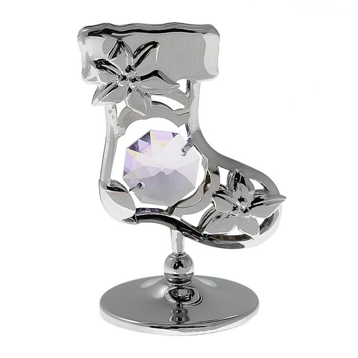 """Декоративное изделие в виде новогоднего сапожка, украшенного сиреневым кристаллом Swarovski, изготовлено из высококачественной стали. Оригинальная миниатюра будет отличным подарком к новогодним праздникам для ваших друзей и коллег.Более 30 лет компания """"Crystocraft"""" создает качественные, красивые и изящные сувениры, декорированные различными кристаллами Swarovski.      Характеристики:Материал: металл, австрийские кристаллы. Высота миниатюры: 5,5 см. Размер сапожка: 3,5 см х 4,3 см х 0,5 см. Диаметр основания: 3 см. Цвет: серебристый. Размер упаковки: 5,5 см х 7 см х 5,5 см. Артикул: U0302-001-СVLE. Более чем 30 лет назад компания  """"Crystocraft""""  выросла из ведущего производителя в перспективную торговую марку, которая задает тенденцию благодаря безупречному чувству красоты и стиля. Компания создает изящные, качественные, яркие сувениры, декорированные кристаллами  Swarovski  различных размеров и оттенков, сочетающие в себе превосходное мастерство обработки металлов и самое высокое качество кристаллов. Каждое изделие оформлено в индивидуальной подарочной упаковке, что придает ему завершенный и презентабельный вид."""
