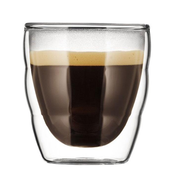 Набор термобокалов Bodum Pilatus 2 шт, 0,08л, цвет: прозрачный 11477-1011477-10Термобокалы Pilatus выполнены из двойного боросиликатного стекла, что позволяет не только держать горячие напитки горячими в течение более длительного времени, но он также позволяет холодным напиткам оставаться холодными дольше. Боросиликатное стекло создает впечатление, будто напиток плавает внутри термобокала. Он намного легче, чем стакан из обычного стекла. Еще одна приятная особенность - отсутствие конденсата, что препятствует возникновению грязных следов от бокала. Термобокалы можно использовать в микроволновой печи и мыть в посудомоечной машине. Боросиликатное стекло выдерживает температуры от -30°C до +520°C. Характеристики:Материал: боросиликатное стекло. Объем термобокала: 80 мл. Количество термобокалов: 2. Высота термобокалов: 7 см. Диаметр термобокалов по верхнему краю: 6 см. Размеры коробки: 16 см х 8,5 см х 8,5 см. Производитель: Швейцария. Артикул: 11477-10.