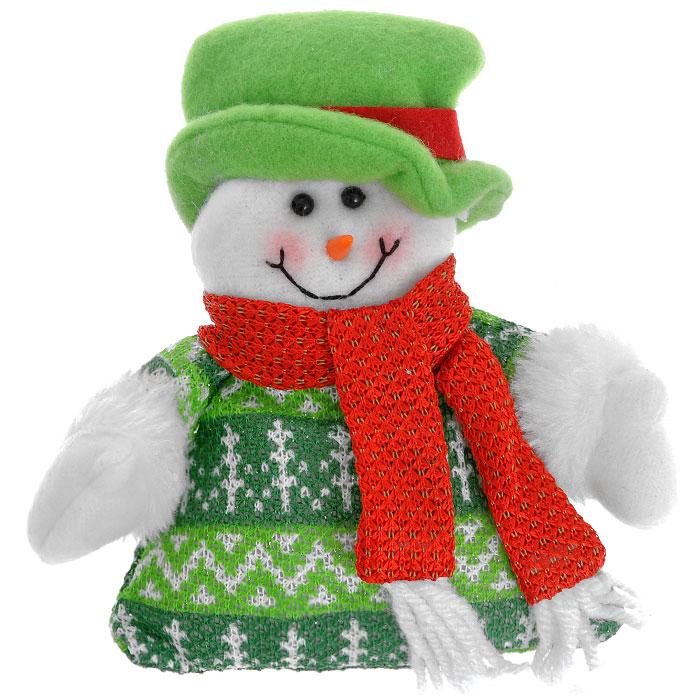 Новогоднее подвесное украшение Снеговик, цвет: зеленый. 2555925559Новогоднее украшение выполнено в виде мягкой игрушки снеговика в зеленой шляпе. Вы можете подвесить его в любом месте, где оно будет удачно смотреться, и радовать глаз. Кроме того, это украшение - отличный вариант подарка для ваших близких и друзей. Новогодние украшения всегда несут в себе волшебство и красоту праздника. Создайте в своем доме атмосферу тепла, веселья и радости, украшая его всей семьей.Характеристики:Материал:полиэстер. Цвет:зеленый. Высота:15 см. Размер упаковки:18 см х 16,5 см х 3,5 см. Артикул:25559.