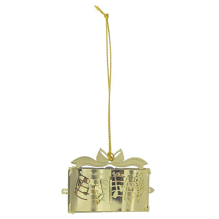 Новогоднее подвесное украшение Нотная тетрадь, цвет: золотистый. 2506525065Новогоднее подвесное украшение Нотная тетрадь, выполненное из золотистого металла, украсит интерьер вашего дома или офиса в преддверии Нового года. Оригинальный дизайн и красочное исполнение создадут праздничное настроение. Новогодние украшения всегда несут в себе волшебство и красоту праздника. Создайте в своем доме атмосферу тепла, веселья и радости, украшая его всей семьей. Характеристики:Материал:металл. Размер украшения:7 см х 3,5 см х 5 см. Размер упаковки:8 см х 4 см х 6,5 см. Изготовитель:Китай. Артикул:25065.