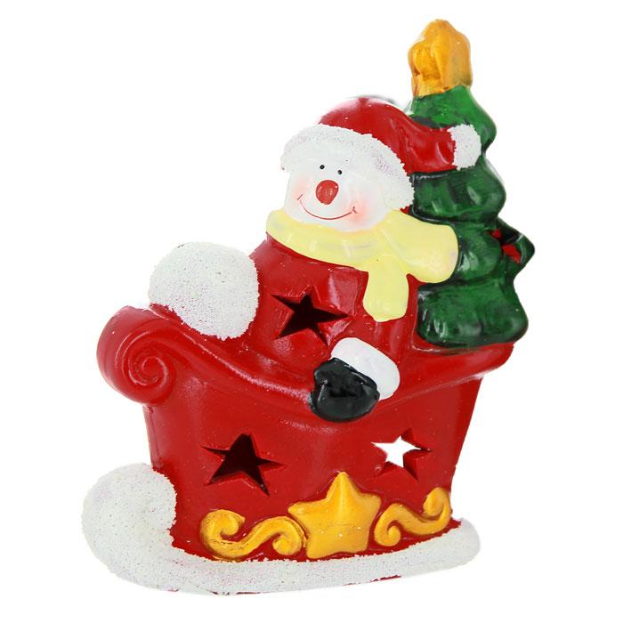 Новогодний подсвечник Снеговик в санях, цвет: красный, белый26164Новогодний подсвечник изготовлен из керамики в виде красных саней и снеговика в них с елочкой за спиной. С обратной стороны подсвечника есть отверстие, куда устанавливается свеча. По всей поверхности подсвечника расположены небольшие декоративные отверстия, через которые свет свечи будет проникать наружу, и озарять собой все вокруг. Вы можете поставить подсвечник в любом месте, где он будет удачно смотреться, и радовать глаз. Кроме того - это отличный вариант подарка для ваших близких и друзей.Характеристики:Материал:керамика. Цвет:красный, белый. Размер подсвечника: 10,5 см х 6,5 см х 14 см. Размер упаковки: 13 см х 9 см х 16 см. Артикул:26164.
