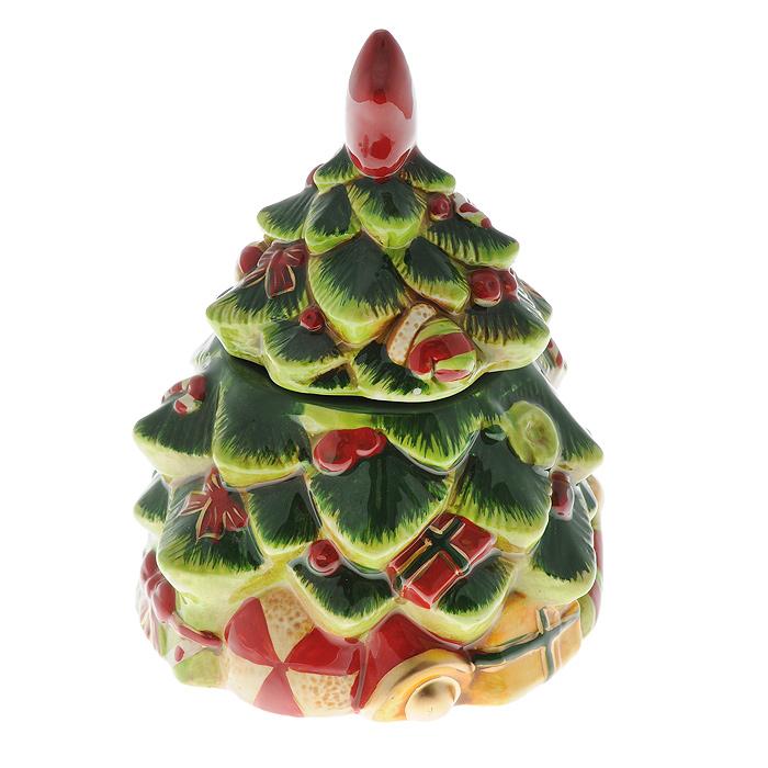 Шкатулка Елочка. Ф21-2088Ф21-2088Шкатулка Елочка изготовлена из керамики в виде украшенной новогодней елки.Она прекрасно дополнит праздничный интерьер и не оставит равнодушным ни одного любителя оригинальных вещей. Шкатулка станет практичным и запоминающимся подарком для ваших близких. Характеристики: Материал: керамика. Размер шкатулки в закрытом виде: 13,5 см x 13,5 см x 18 см. Размер упаковки:14 см х 14 см х 13 см. Производитель: Китай. Артикул: Ф21-2088.