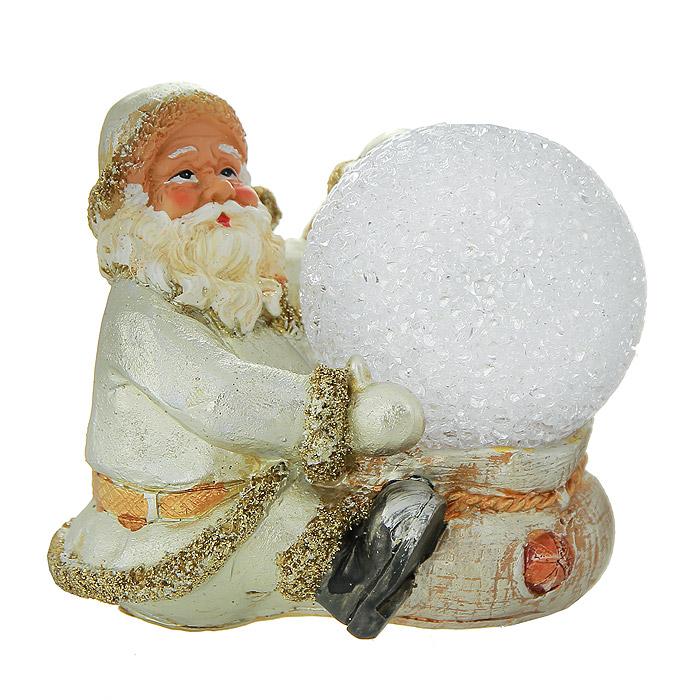 """Декоративная фигурка-ночник """"Дед Мороз"""", выполненная из полистоуна, станет оригинальным украшением интерьера. Фигурка представляет собой поставку, на которой расположен Дед Мороз с ночником в виде прозрачного шара. Ночник оснащен светодиодной лампочкой, которая мигает разными цветами: синим, красным, фиолетовым, зеленым и желтым.   Вы можете поставить фигурку-ночник в любом месте, где она будет удачно смотреться, и радовать глаз. Кроме того, декоративная фигурка-ночник - отличный вариант подарка для ваших близких и друзей. Характеристики:  Материал:  полистоун, металл. Размер фигурки-ночника: 10 см х 7,5 см х 9,5 см. Размер упаковки: 14,5 см х 11 см х 14 см. Производитель: Китай. Артикул:  119606.   Работает от 1 батарейки типа """"AG3"""" (комплектуется демонстрационной)."""