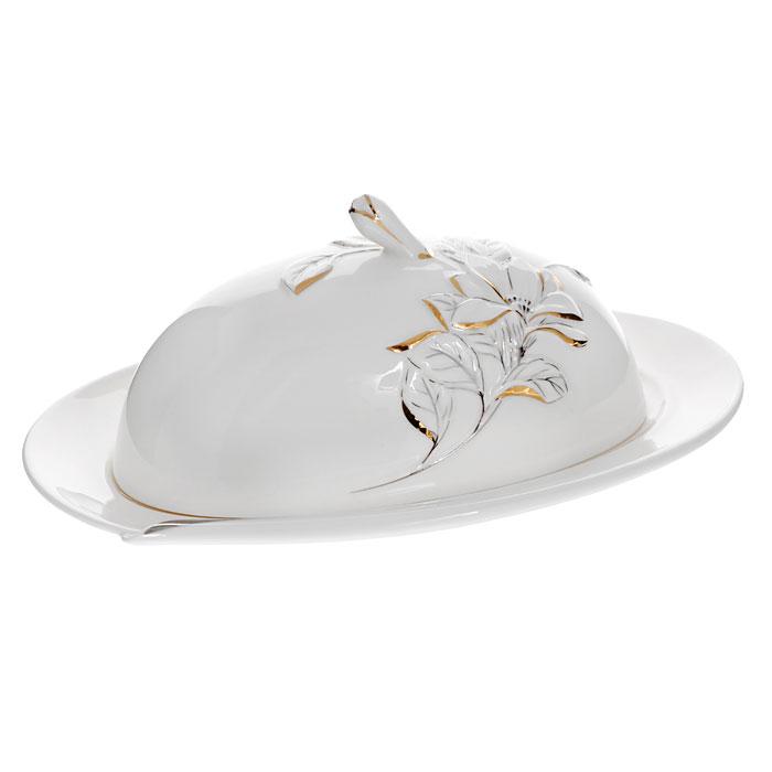Масленка Палаццо, цвет: белыйGW 10005-23J35Масленка Палаццо, выполненная из высококачественного фарфора, предназначена для красивой сервировки и хранения масла. Она состоит из подноса и крышки с ручкой. Крышка декорирована барельефом цветка с эмалью золотистого и серебристого цветов. Поднос оформлен эмалью серебристого цвета, а также имеется специальные выемки, благодаря которым крышка легко на него устанавливается. Масленка Палаццо упакована в подарочную картонную коробку с логотипом компании. Масленка сохранит ваше масло всегда свежим. Характеристики:Материал:фарфор. Цвет:белый. Размер крышки масленки:16,5 см х 10,5х 8 см. Размер подноса:22,5 см х 15 см х 1,5 см. Размер упаковки:20,5 см х 12 см х 15,5 см. Артикул:GW 10005-23J35.