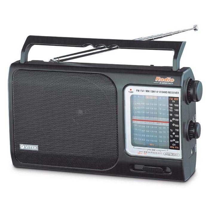 Vitek VT-3582, Black3582-VT-01Для любителей музыки, которые хотят слушать её всегда и везде, радиоприемник Vitek 3582 может стать прекрасным выбором. Ведь он может сопровождать Вас всегда и везде и в то же время работать от сети. Если же Вы берете его с собой, то он может работать и от трех батареек. Конечно, радиоприемник работает в FM, УКВ, СВ и КВ диапазонах, так что настроиться на любимую волну сможет любой пользователь. При всем этом радиоприемник Vitek 3582 довольно компактен – его габариты составляют 235 х 132 х 63 миллиметров, что позволит брать его с собой в любую поездку или даже на прогулку.Телескопическая антеннаТип тюнера: аналоговыйЭлементы питания: 3 батареи UM-1 (R 20) 1,5 В