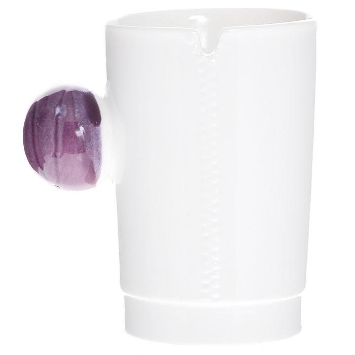 """Керамическая кружка """"На молнии"""" - незаменимый аксессуар на вашей кухне. Кружка белого цвета имеет оригинальную шарообразную ручку фиолетового цвета.Такая кружка станет не только приятным, но и практичным подарком для каждого.     Характеристики:  Материал: керамика. Диаметр по верхнему краю: 7,5 см. Высота кружки: 10 см. Размер упаковки: 11 см х 10 см х 10 см. Артикул: 002426."""