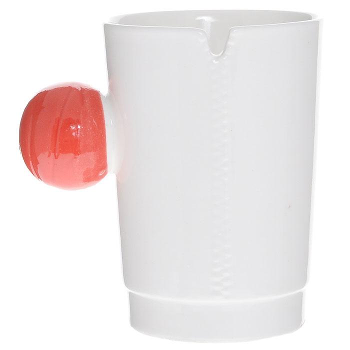"""Керамическая кружка """"На молнии"""" - незаменимый аксессуар на вашей кухне. Кружка белого цвета имеет оригинальную шарообразную ручку красного цвета.Такая кружка станет не только приятным, но и практичным подарком для каждого.   Характеристики:  Материал: керамика. Диаметр по верхнему краю: 7,5 см. Высота кружки: 10 см. Размер упаковки: 11 см х 10 см х 10 см. Артикул: 002449."""