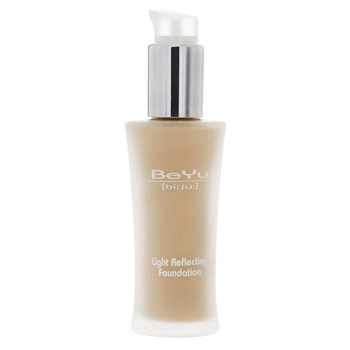 BeYu Крем тональный Light Reflecting Foundation, тон №02, 30 мл38622Легкий тональный крем BeYu Light Reflecting Foundation создан для преображения вашей кожи. Светоотражающие частицы в его составе рассеивают свет и сглаживают мелкие недостатки кожи, делая ее совершенной при любом освещении. Он особенно подходит обладательницам смешанного типа кожи: входящий в состав уникальный компонент сквален кондиционирует и питает кожу. Специальные абсорбенты активизируются только на жирных участкахлица, матируя и предотвращая появление блеска. Крем содержит витамин Е и солнцезащитный фильтр SPF 8, что надежно оградит вашу кожу от вредного воздействия окружающей среды. Стильный флакон из матового стекла, с дозатором особенно удобен в применении, его гигиеничность и экономичность сложно недооценить. Характеристики: Объем: 30 мл. Тон: №02. Производитель: Германия. Артикул:38622. Товар сертифицирован.