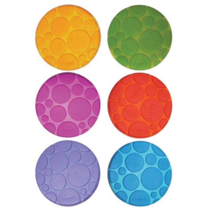Munchkin Набор ковриков для ванны 6 шт11196Набор ковриков для ванны Munchkin включает в себя шесть цепких текстурированных ковриков-накладок из разных цветов: оранжевого, голубого, салатового, фиолетового и красного. Они прекрасно помогают предотвратить скольжение в ванне. Одна накладка обладает функцией White Hot Technology, которая предупреждает, когда вода становится слишком горячей. Накладки круглой формы крепко присасываются к поверхности ванной, они легко чистятся, их можно размещать в любых точках ванной, там, где они наиболее необходимы. Нет верного или неверного способа купать детей, есть такой способ, который подойдет для вас и вашего малыша. Коврики для ванной Munchkin делают жизнь родителей легче!