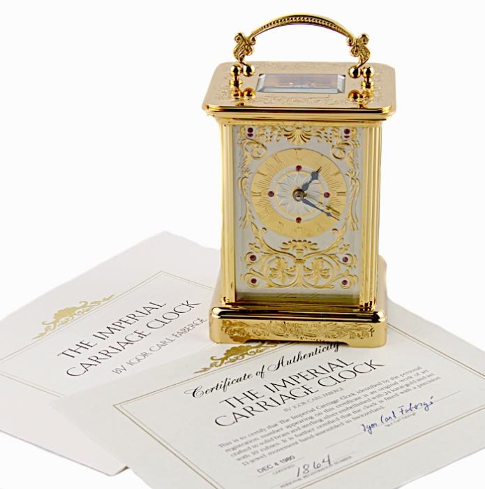 Часы каретные. Металл, золочение, гравировка, швейцарский часовой механизм, стекло. Швейцария, Фаберже, 1990-е гг.843476Часы каретные. Металл, золочение, гравировка, швейцарский часовой механизм, стекло. Швейцария, Фаберже, 1990-е гг. Размер 8 х 7 х 11 см.Сохранность очень хорошая. Есть ключ для завода часов. С боку имеется маленькая трещинка, не портящая внешний вид часов. На оборотной стороне марка Igor Carl Faberge, гравированные надписи Unadjusted, Swiss made; индивидуальный номер.Идеально для роскошного представительского подарка высокопоставленному лицу! Каретные часы всегда славились точными механизмами, которые изготавливались лучшими часовщиками и редко ломались. Вследствие того, что сам часовой механизм считался произведением искусства, чаще всего футляр для каретных часов делался либо целиком прозрачным, либо верхняя часть футляра изготавливалась из стекла, чтобы владелец мог видеть самое главное - механизм часов. Однако сам футляр часов предполагался быть очень прочным, сверху - ручка, за которую их можно было нести или подвешивать в поезде или дилижансе.Часы от ювелирного дома Igor Carl Faberge представляют собой роскошный пример каретных часов!Прочный латунный корпус покрыт позолотой и украшен изысканной гравировкой. Циферблат украшен позолотой и инкрустацией кристаллами.Ручка оригинальной формы дополняет общее великолепие, гармонируя с изящными завитками, обрамляющими циферблат. Каретные часы от Фаберже - это превосходных подарок премиум-класса, который блестяще подчеркнет высокий статус, безупречный вкус и стиль! Первые каретные часы в современном понимании этого слова были созданы знаменитым французским часовым мастером Абрахамом Луи Бреге в 1796 году. Это были небольшие часы в прямоугольном корпусе с застекленными стенками и с ручкой для переноски. Бреге снабдил их своим изобретением - звуковой пружиной, заменившей колокольчик. Как правило, каретные часы имели будильник, четвертной бой и репетир. Некоторые репетиры были вполне совершенны: одним тон