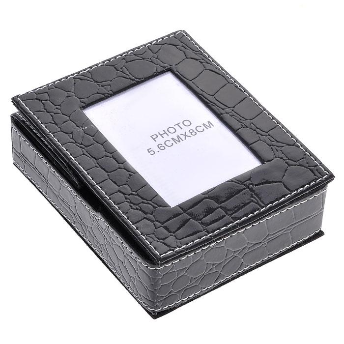 Подставка для бумаги с рамкой для фото, цвет: черный, 5,5 см х 8 см. 2882728827Оригинальная подставка для бумаги выполнена из картона с отделкой из ПВХ, стилизованной под лаковую кожу черного цвета с тиснением. Внутри подставка отделана бархатистым материалом. Крышка подставки оформлена миниатюрной фоторамкой, в которую вы можете поместить фотографию любимого человека или счастливого события своей жизни. Благодаря эксклюзивному дизайну, подставка оформит ваш рабочий стол, а также станет практичным сувениром для друзей и коллег. Характеристики:Материал: картон, ПВХ. Размер подставки: 11,5 см х 9,5 см х 3,5 см. Размер фоторамки: 9,5 см х 11,5 см. Размер фотографии: 5,5 см х 8 см. Размер упаковки: 12,5 см х 10 см х 4,3 см. Артикул: 28827.