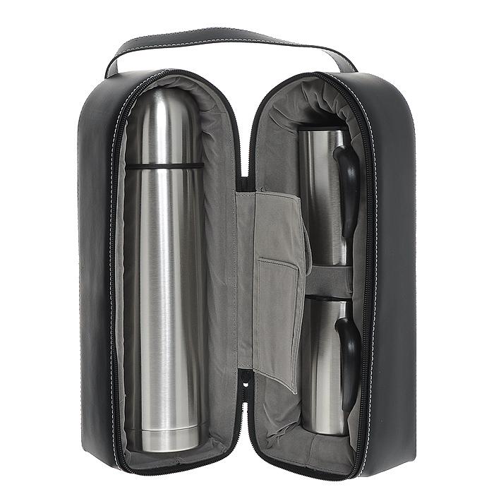 Набор S.Quire, 3 предметаSET-SS10Набор S.Quire включает в себя: термос и две кружки. Термос и кружки изготовлены из нержавеющей стали с глянцевой полировкой. Кружка оснащена пластиковой ручкой и крышкой с силиконовыми уплотнителями и прорезью для питья, которая позволит сохранить температуру напитка. Предметы набора хранятся в черном плотном чехле из искусственной кожи. Чехол застегивается за застежку-молнию и имеет удобную ручку для переноски. Внутри есть удобный нашивной кармашек и карман, застегивающийся на липучку. Они будут удобны для хранения чайных пакетиков. Характеристики:Материал: сталь, пластик, резина, искусственная кожа, текстиль, поролон. Объем термоса: 1 л. Размер термоса:8,5 см х 31 см х 8 см. Диаметр кружки (по верхнему краю): 6 см. Высота кружки: 11,5 см. Размер чехла: 18,5 см х 11,5 см х 34 см. Размер упаковки: 21,5 см х 12 см х 36,5 см. Артикул: SET-SS10.