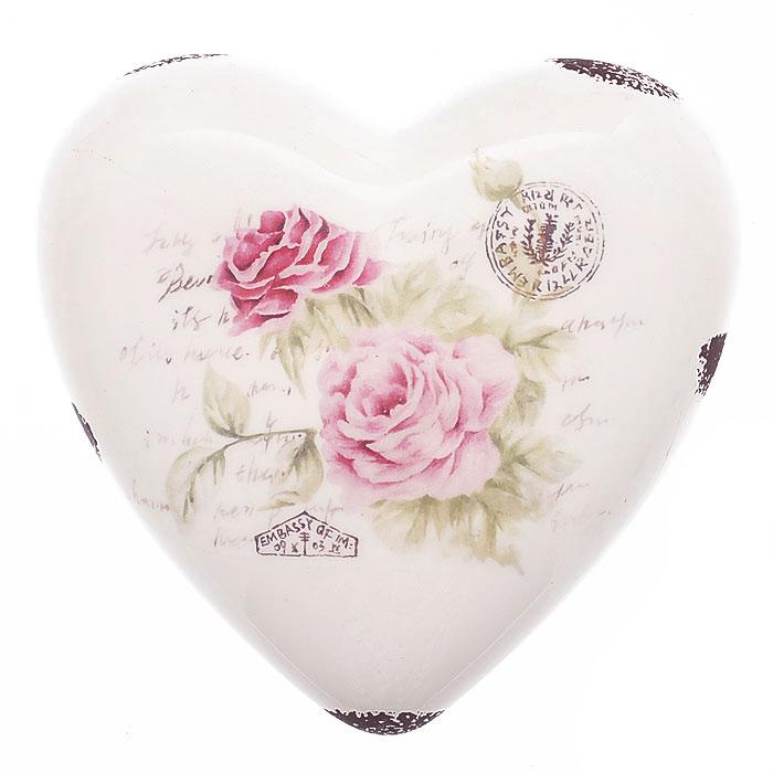 Декоративная фигурка, выполненная из керамики в форме сердца, станет отличным дополнением к интерьеру. Фигурка оформлена изображением роз, надписями и декоративными потертостями. Вы можете поставить фигурку в любом месте, где она будет удачно смотреться и радовать глаз. Кроме того, сердце станет чудесным сувениром для ваших друзей и близких.   Характеристики:Материал:  керамика. Размер фигурки: 13 см х 13 см х 4,5 см. Артикул: 27268.