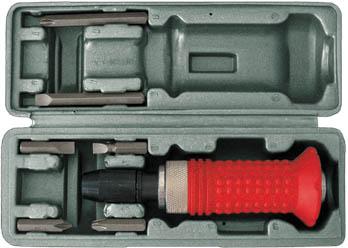 Отвертка ударная FIT, реверсивная, с 6 битами56266Реверсивная ударная отвертка FIT изготовлена из высокоуглеродистой инструментальной стали, что позволяет использовать инструмент также в качестве молотка. Имеет резиновую ручку, что исключает возможность скольжения в ладони. Шесть шестигранных бит с разными видами шлицов аккуратно расположены в футляре, который прилагается в комплекте. Характеристики:Материал: сталь, резина. Размер отвертки: 20,5 см х 5 см х 5 см. Размер футляра: 22,5 см х 7 см х 6 см. Размер упаковки: 23 см х 7,5 см х 6,5 см.