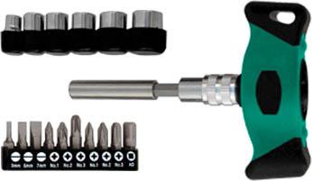 Отвертка Т-образная Whirlpower WP с битами и головками, реверсивная, 18 в 156380Отвертка Т-образная Whirlpower с битами и головками предназначена для монтажа/демонтажа резьбовых соединений с применением значительных усилий. Пластмассовая рукоятка устойчива к различным смазочным материалам. Имеет магнитный наконечник.В состав набора входят Отвертка для бит. Биты шлицевые: 3 мм, 5 мм, 7 мм. Биты крестовые: PH1, PH2, PH3, PZ1, PZ2, PZ3. Удлинитель. Головки торцевые: 6 мм, 8 мм, 9 мм, 10 мм, 11 мм, 13 мм. Характеристики: Материал: пластик, металл. Длина отвертки: 3 см. Длина ручки: 8 см. Длина переходника: 7 см. Размеры упаковки:20 см х 3 см х 12 см.