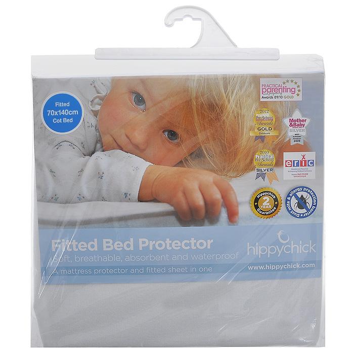 """Мягкая простыня на резинке """"Hippychick"""" белого цвета идеально подойдет для кроватки вашего малыша и обеспечит ему здоровый сон. Простынка с помощью специальной резинки растягивается на матрасе. Она не сомнется и не скомкается, как бы не вертелся малыш, и защитит матрас от протечек с любой стороны. Верхний слой выполнен их хлопка, благодаря чему простыня прекрасно впитывает влагу и обладает """"дышащими"""" свойствами. Внутренний водонепроницаемый слой выполнен из полиуретана. В отличие от обычной клеенки он не шуршит и не беспокоит малыша во время сна. Кроме того, полиуретановый слой надежно защищает спящего малыша от пылевых клещей, возбудителей детских аллергических заболеваний.  Простыня подойдет для матрасов размером 70 см х 140 см. Подарите вашему малышу комфорт и удобство!  Подходит для машинной стирки при 60°С. Характеристики: Материал внешнего слоя:  100% хлопок. Материал внутреннего слоя:  полиуретан. Цвет: белый. Размер: 70 см х 140 см. Изготовитель: Испания."""