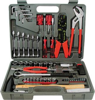 Набор инструментов FIT, 100 предметов65101Набор слесарно-монтажных инструментов FIT - это необходимый предмет в каждом доме. Он включает в себя 100 предметов, которые умещаются в небольшом кейсе. Инструменты, входящие в набор гарантируют надежность и длительный срок службы.Такой набор будет идеальным подарком мужчине.В набор входит: Головки 1/4: 5 мм, 6 мм, 7 мм, 8 мм, 9 мм, 10 мм, 11 мм, 12 мм , 13 мм; Головки 1/2: 10 мм, 11 мм, 12 мм, 13 мм, 14 мм, 15 мм, 17 мм, 19 мм; Вороток-трещотка 1/2 Головка на свечу зажигания 1/2: 21 мм Т-образная отвертка-вороток 1/4 Переходник с воротка на биту Биты шлицевые: SL4, SL5 Биты крестовые: PH1, PH2, PH3 Биты шестигранные: НЕХ3, НЕХ4, НЕХ5, НЕХ6 Клещи переставные (23 см) Элетропассатижи (20 см) Пассатижи (16 см) Отвертки шлицевые: SL6 x 100 мм, SL6 x 38 мм Отвертки крестовые: PH2 x 100 мм, PH2 x 38 мм Ключи комбинированные: 8 мм, 10 мм, 12 мм, 13 мм, 14 мм, 17 мм Молоток с деревянной ручкой (0,3 кг) Клеммы: 49 шт Ключи HEX: 3 мм, 4 мм, 5 мм, 6 мм Пластиковый чемодан. Характеристики: Материал: пластик, металл. Размеры упаковки: 34 см х 6 см х 25 см.