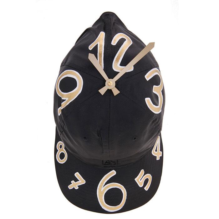 Часы настенные Кепка, цвет: черный. 652538652538Оригинальные настенные часы Кепка - интерьерный арт-объект, выполненный вручную итальянскими мастерами из полистоуна. Кепка с циферблатом, висящая на стене - необычное дизайнерское решение и стильное украшение интерьера. Этот аксессуар не только оформит интерьер, но и послужит функционально. Оформите совой дом таким интерьерным шедевром или преподнесите его в качестве презента друзьям, и они оценят ваш оригинальный вкус и неординарность подарка. Характеристики:Материал: полистоун.Размер: 9 см x 17 см x 30 см.Артикул: 652538.