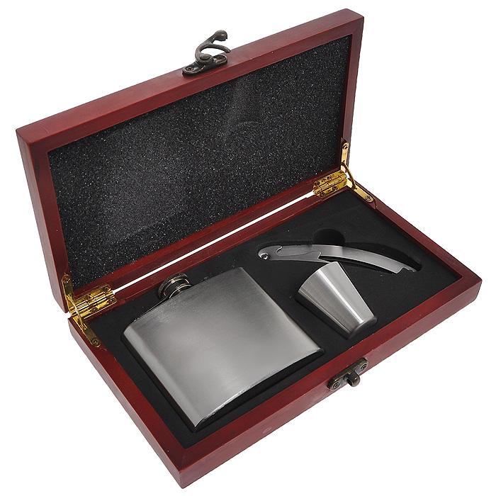 Набор для вина подарочный Grinberg Stahlwaren, 3 предмета1834501-ZZПодарочный набор для вина Grinberg Stahlwaren состоит из фляжки, стаканчика и многофункционального штопора. Все предметы набора выполнены из нержавеющей стали. Штопор не только разрежет фольгу на горлышке и быстро откроет винную бутылку, но и послужит в качестве перочинного ножа.Фляжка и стаканчик очень удобны и не занимают много места, их всегда можно взять с собой. Все предметы хранятся в подарочной деревянной коробке красного цвета, которая закрывается на замок-защелку. Подарочный набор для вина Grinberg Stahlwaren станет отличным подарком для ценителя вин. Характеристики:Материал: нержавеющая сталь, металл, дерево. Комплектация: 3 предмета. Размер фляжки: 9 см х 2 см х 9,5 см. Диаметр стаканчика (по верхнему краю): 3,5 см. Высота стаканчика: 4,2 см. Длина штопора: 11 см. Размер подарочной коробки: 22,5 см х 12,5 см х 4 см. Артикул: 1834501-ZZ.