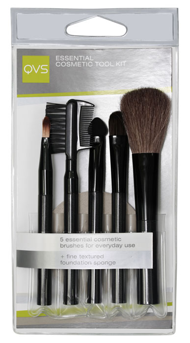 QVS Набор для макияжа: кисточки, аппликатор для макияжа глаз, расчесочка и щеточка для бровей и ресниц, спонж. 10-110310-1103Набор для макияжа QVS включает в себя все самые необходимые для каждодневного использования аксессуары: кисть для пудры для безупречного цвета лица, кисть для теней или консилера, аппликатор для теней, кисть для макияжа губ для легкого нанесения помады или блеска, щеточку-расческу для бровей и ресниц и микропористый спонж для нанесения основы макияжа. Характеристики:Материал: пластик, металл, щетина. Артикул: 10-1103. Производитель: Австралия. Товар сертифицирован.