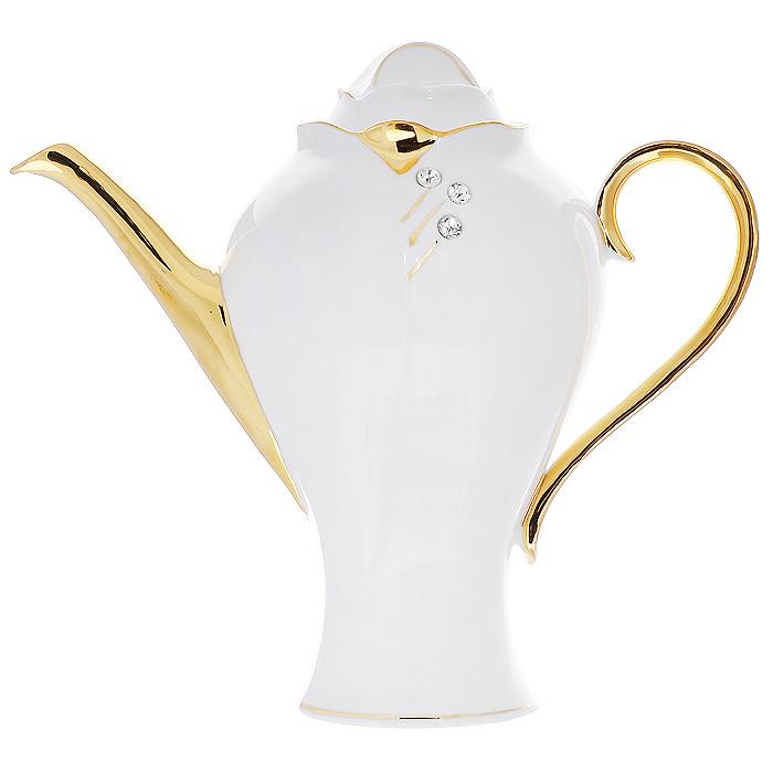 """Заварочный чайник """"Золотая фантазия"""" изготовлен из высококачественного фарфора белого цвета. Он имеет изящную форму и декорирован золотистым рисунком и стразами. Чайник сочетает в себе стильный дизайн с максимальной функциональностью. Красочность оформления придется по вкусу и ценителям классики, и тем, кто предпочитает утонченность и изысканность.     Чайник упакован в подарочную коробку из плотного золотистого картона. Внутренняя часть коробки задрапирована белым атласом, и чайник надежно крепится в определенном положении благодаря особым выемкам в коробке. Характеристики:  Материал: фарфор. Объем чайника:  2 л. Диаметр чайника:  14 см. Артикул:  595-035."""