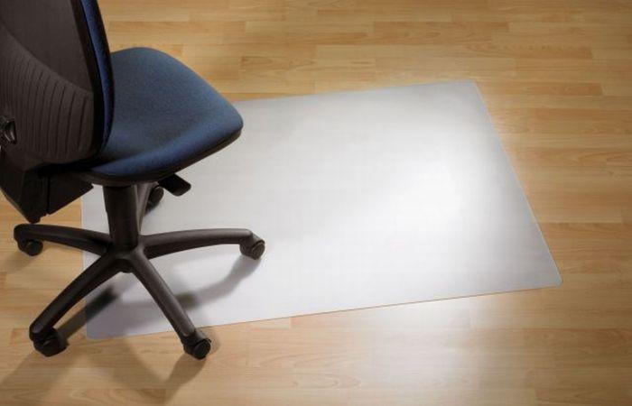 Защитный коврик ClearStyle, PC, для гладкой поверхности, 91 см х 121 см1117Коврик ClearStyle обеспечивает защиту таких покрытий, как паркет, ламинат, мрамор, плитка от повреждений колесиками и ножками кресел и стульев и позволяет легко передвигаться в пределах рабочего места. Рельефная обратная сторона коврика позволяет ему надежно держаться на месте. Прозрачный коврик не нарушает дизайн офиса, не желтеет со временем и устойчив к повреждениям, царапинам, поломкам. Подходит для полов с подогревом. Не токсичен, не вызывает аллергии.Коврик изготовлен из поликарбоната (PC), и отличается высокой износостойкостью, обладают высокой прочностью в сочетании с очень высокой стойкостью к ударным воздействиям в большом диапазоне температур. Такой коврик станет великолепным дополнением к вашему рабочему месту.