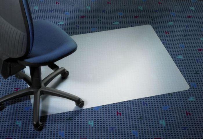 Защитный коврик ClearStyle, PET, для ковровых покрытий, 91 см х 121 см1651Коврик ClearStyle обеспечивает защиту ворсовых, тканых, петлевыхдругих ковровых покрытий, ножками кресел и стульев и позволяет легко передвигаться в пределах рабочего места.Шипы на обратной стороне коврика позволяют ему надежно держаться на месте. Прозрачный коврик не нарушает дизайн офиса, не желтеет со временем и устойчив к повреждениям, царапинам, поломкам. Подходит для полов с подогревом. Не токсичен, не вызывает аллергии. Коврик изготовлен из полиэтилена (PET). Коврики из полиэтилена обладают высокой прочностью и жесткостью, устойчивы к ударам и растрескиванию, являются недорогой альтернативой коврикам из поликарбоната.Такой коврик станет великолепным дополнением к вашему рабочему месту.