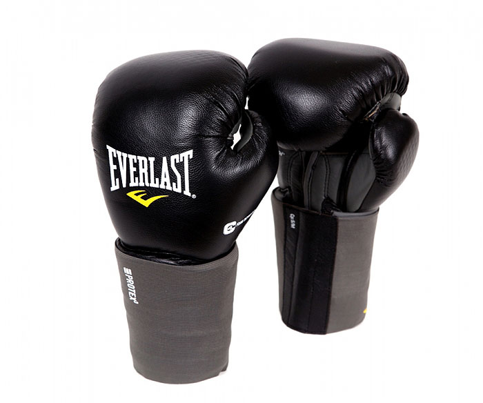 Перчатки Everlast Protex3 , 14 унций, цвет: черный. Размер L/XL111401LXLUУниверсальные перчатки, незаменимы как в спарринге (работа в паре),так и в снарядной работе, хорошо выдерживают работу по тяжелым мешкам. Отличная возможность сэкономить, вместо 2 пар перчаток, достаточно купить одну.Боксерские перчатки EverlastProtex 3 Hook & Loop Training Gloves. Инновационная технология набивки амортизирует удары и оберегает суставы пальцев во время тренировок. Анатомическая манжета с пенным наполнителем обеспечивает наилучшую защиту запястья. Характеристики: Материал:кожа, 40% пена, 20% полиуретан, 20% полиетилен. Размер:L/XL. Ширина манжеты:14 см. Общая длина перчатки:33 см. Ширина (с учетом большого пальца):18 см. Производитель:Китай. Размер упаковки: 40 см х 19 см х 14 см. Артикул:111401LXLU.