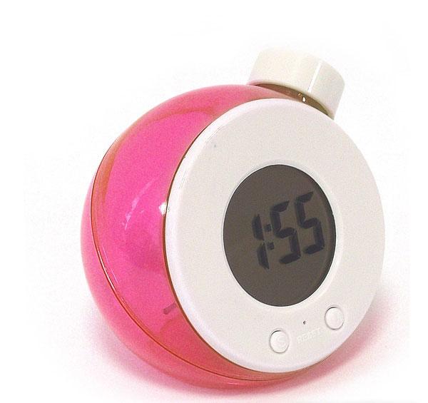 Часы Эврика работающие на воде, цвет: красный. 9451294512Часы Эврика выполнены из прозрачного красного пластика, имеют круглый электронный циферблат и работают на воде. Принцип работы часов такой: при первом запуске часов - достать их из упаковки, открыть пробку и полностью наполнить резервуар часов холодной водой из под крана тонкой струей. Подождать пару минут - из электроэлемента должен выйти воздух через отверстие в верхней части электроэлемента - это важный момент.Далее слить излишки воды так, чтобы при установке на ровную поверхность уровень воды был между отметками на корпусе часов. Все, часы готовы к работе, можно настраивать время и дату. Самое главное для удачного запуска часов - при первом наполнении из электроэлемента должен выйти воздух через отверстие в верхней части электроэлемента.Такие часы послужат отличным подарком для ценителя ярких и необычных вещей.Характеристики: Материал: пластик, стекло. Цвет корпуса: красный. Диаметр часов: 8 см. Размер упаковки: 9,5 см х 9,5 см х 7,5 см. Артикул: 94512.